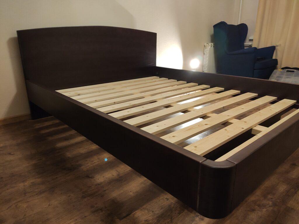 Кровать из массива натурального дерева